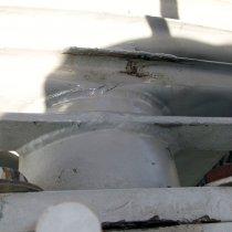 Pęknięte żeberko wypełnionego olejem transformatora