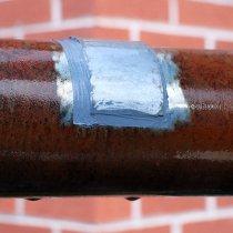 Miejscowa naprawa znacznego uszkodzenia korozyjnego rury, na której osadza się kondensat, z użyciem materiału Belzona 1212