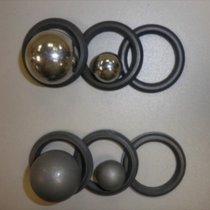 Wyposażenie do aplikacji metodą natryskową bez śladów zużycia po zastosowaniu materiału Belzona 1331 (u góry) w porównaniu z konwencjonalnymi powłokami ceramicznymi do zabezpieczania przed erozją (u dołu)