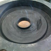 Uszkodzona wykładzina gumowa