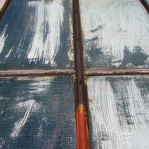 Skorodowane obramowanie stalowe oraz uszkodzone uszczelnienia gumowe świetlików