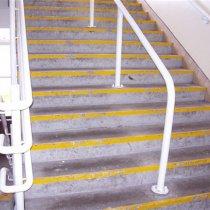 Uszkodzone i zużyte schody powodujące zagrożenie poślizgiem