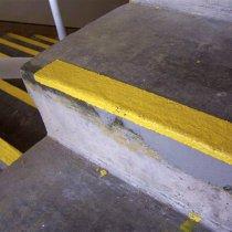 Schody naprawiona i zabezpieczone przed przyszłymi uszkodzeniami z użyciem materiału 4111 (Magma-Quartz)