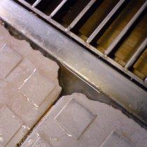 Nieszczelność odwodnienia liniowego drzwi wzdłuż obramowania rusztu