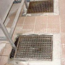 Uszkodzone płytki podłogowe w kuchni
