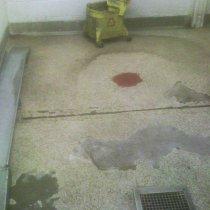 Uszkodzenia podłogi w kuchennej strefie zmywania pod wpływem stałego oddziaływania środków do zmywania
