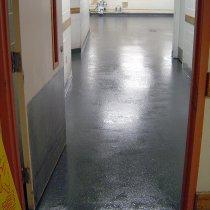 Podłoga w kuchennej strefie zmywania po naprawie i zabezpieczeniu przed przyszłymi uszkodzeniami z użyciem materiału Belzona 4111 (Magma-Quartz)