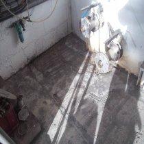 Wymagająca remontu podłoga w zakładzie produkcji cydru