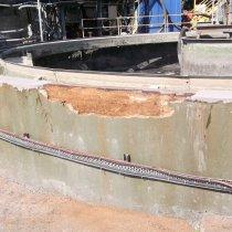 Przedostawanie się wody spowodowało uszkodzenia betonu w zbiorniku odstojnika