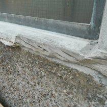 Wykruszony betonowy parapet okienny