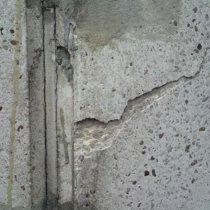Spękany komin betonowy