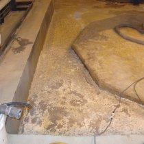 Uszkodzona betonowa strefa bezpiecznego przechowywania substancji chemicznych