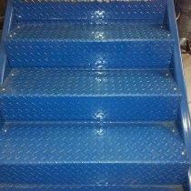 Metalowe schody, na których stwierdzono zagrożenie poślizgnięciem