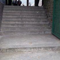 Uszkodzone schody wejściowe do szkoły