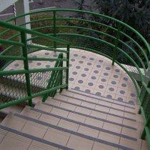 Kompleksowy system bezpieczeństwa Belzona 4411 (Granogrip) zastosowany na zwisach stopni