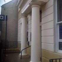 Ściany i kolumna budynku po zastosowaniu materiału Belzona 5151 (Hi-Build Cladding) w celu odbudowy i poprawy estetyki