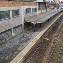 Znaczne wykruszony beton na dworcu kolejowym