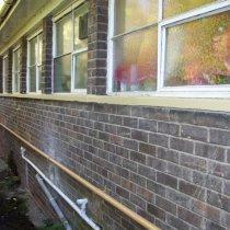 Odbudowany i powleczony parapet okienny trwale zabezpieczony przed wykruszaniem się betonu