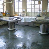 Uszkodzona i nierówna podłoga w szpitalu stwarzająca ryzyko dla bezpieczeństwa