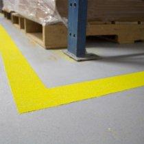 Oznakowanie bezpieczeństwa z użyciem materiału Belzona 5231 (powłoka bazowa), żółte kruszywo zgodne z wymogami OSHA, wierzchnia powłoka przeźroczysta Belzona 5233 Clear