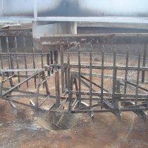 Znaczne uszkodzenia korozyjne otwartego zbiornika osadnika