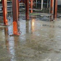 Uszkodzona dodatkowa strefa betonowa bezpiecznego przechowywania substancji chemicznych