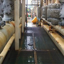 Kolektor na platformie wydobywczej ropy z uszkodzeniami powłoki farby pod wpływem warunków klimatycznych
