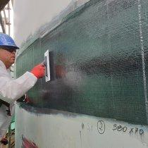 Fot.6. Nakładanie warstw systemu Belzona SWII na płaszcz stalowy